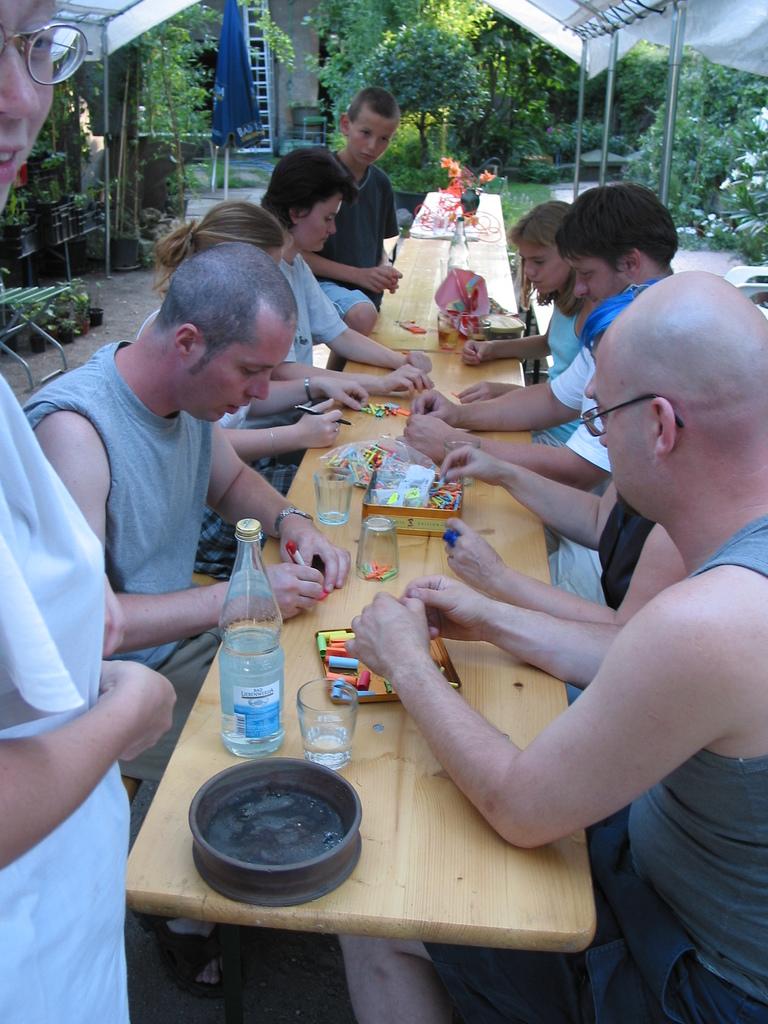 Bambusfest 2003 Auch das Falten von Losen gehört zu den Aufgaben der zahlreichen ehrenamtlichen Helfer ohne die das Bambusfest undenkbar wäre.