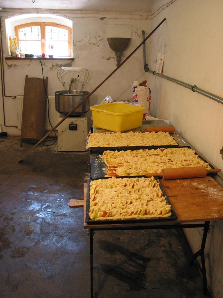 Bambusfest: In der Backstube warten schon die nächsten Bleche auf hungrige Besucher.