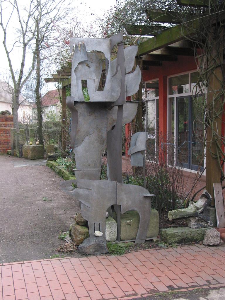 Metallskulptur im Hof vor der Galerie