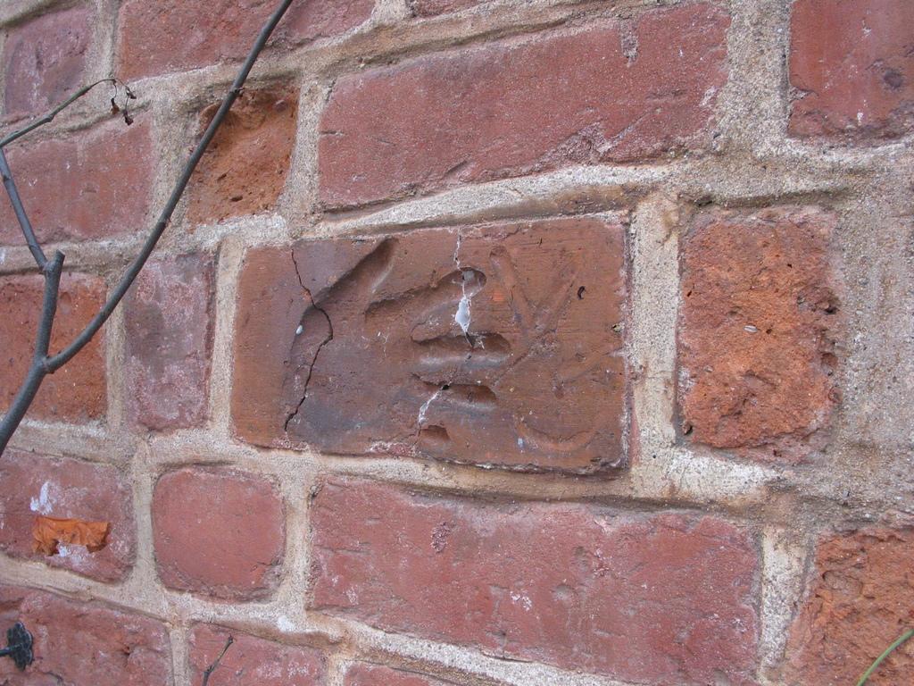 Handabdruck in alten Ziegeln