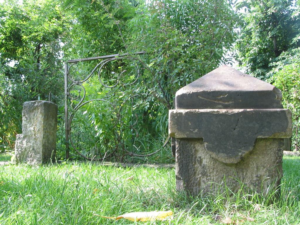 Sandstein, hinten Eisen