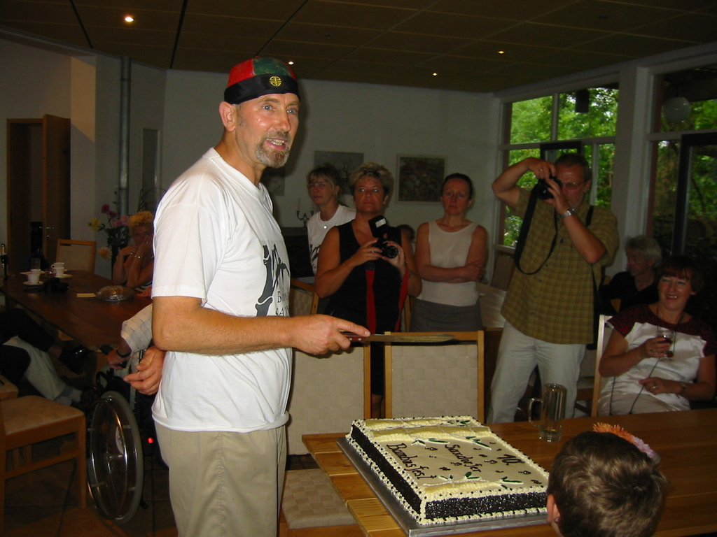 Bambusfest: Die Torte zum 10jährigen - kurz vor dem Anschnitt durch Pfarrer Zahn
