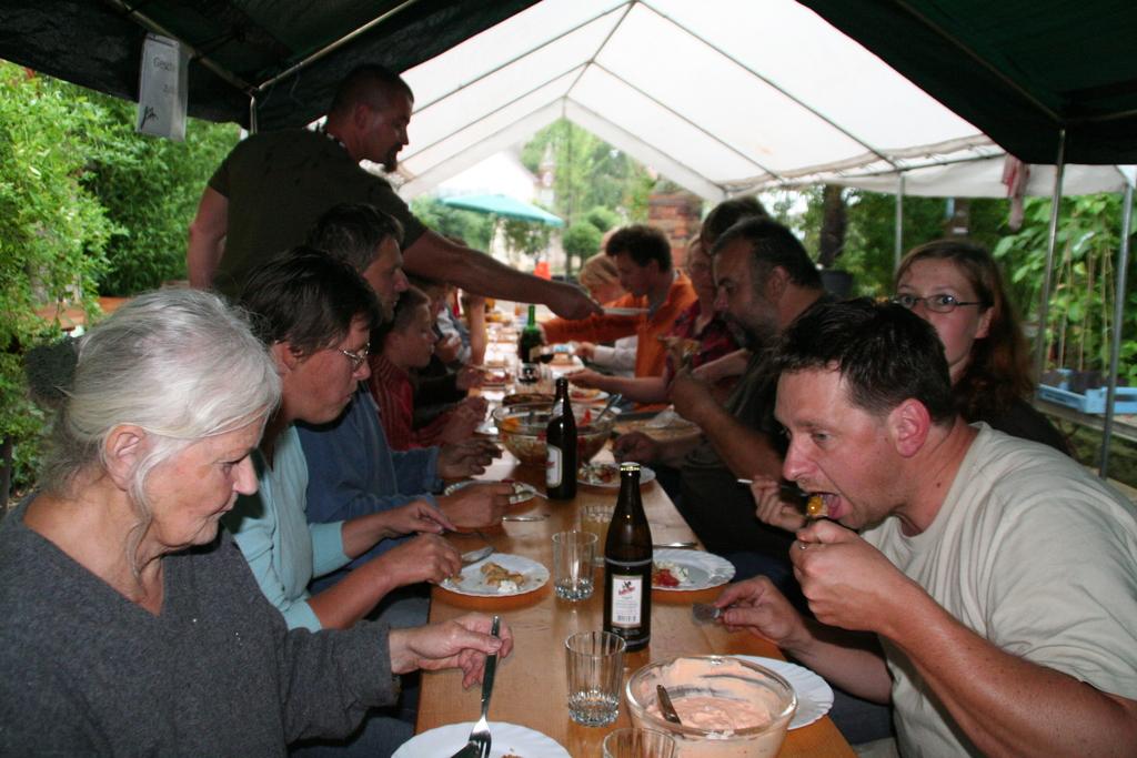 Bambusfest: Traditionelles abendliches Beisammensein der Helfer und Mitwirkenden.