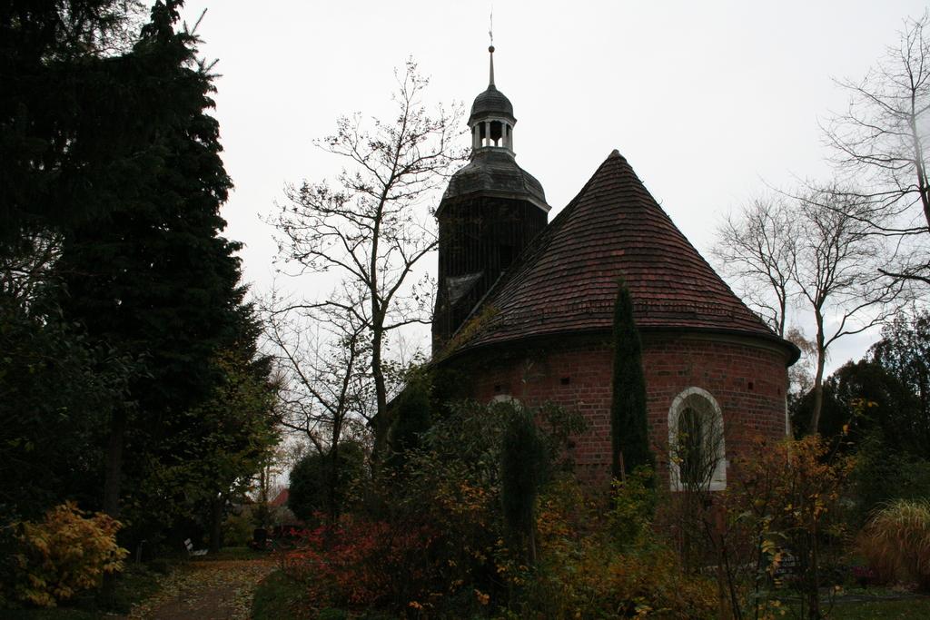 Kirche und Friedhof im Spätherbst