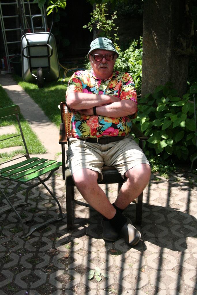 Rosenfest 2011: Hanspeter Bethke, der Schöpfer des Saxdorfer Gartens blumig und gestreift