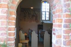 Blick ins Kircheninnere mit Wandmalereien