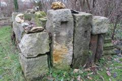 Aus alten Sandsteinen, die aus dem Bauschutt der umliegenden Dörfer zusammengetragen worden entstand eine Trockenmauer.
