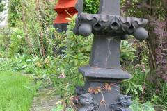 Holzskulptur und altes Eisenkreuz