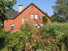 Begrüntes Dach der Galerie: Blick zum Pfarrhaus