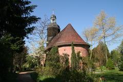 Blick zur Kirche mit blühenden Gehölzen