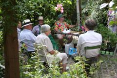 Rosenfest 2011: Alles Schart sich um Hanspeter Bethke, der immer unterhaltsame Geschichten und unendlich viel Gartenwissen parat hat.